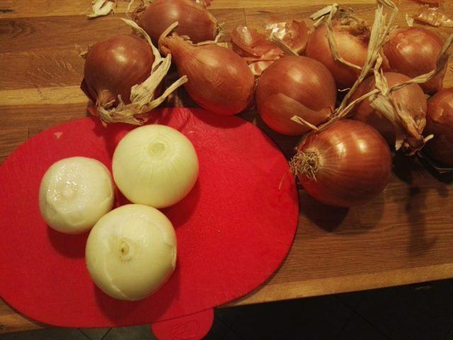 Cipolle sbucciate per la genovese