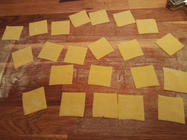 Cappelletti - preparazione - 2 impasto steso e tagliato