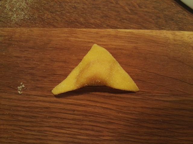 Cappelletti - preparazione - 3 impasto chiuso a triangolo