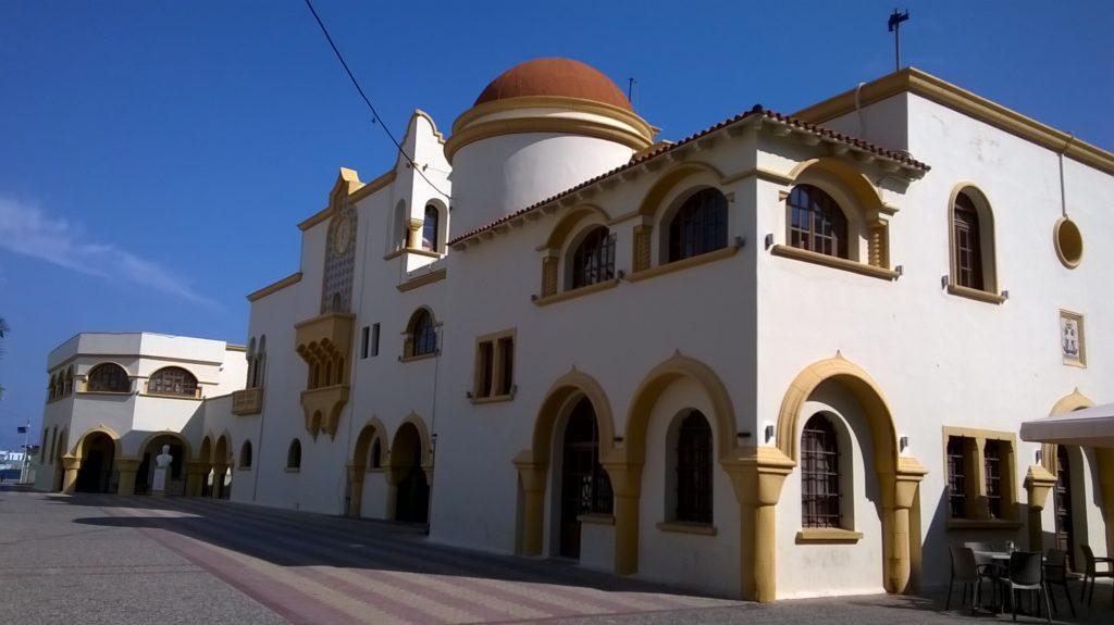Kalymnos, l'arabeggiante piazzetta del comune 2