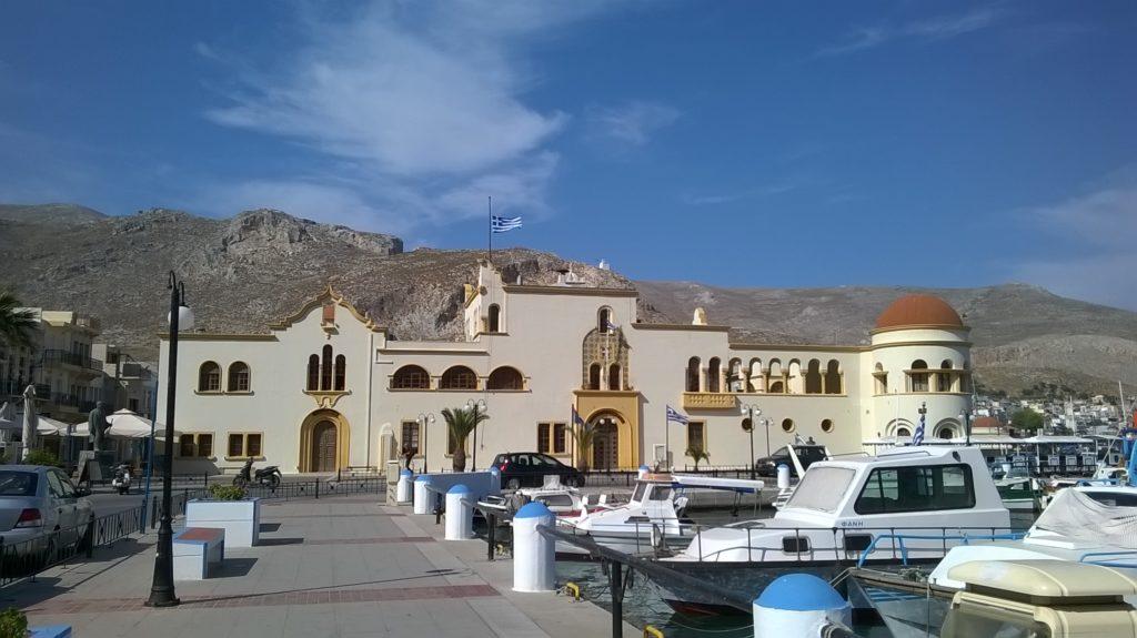 Kalymnos, l'arabeggiante piazzetta del comune